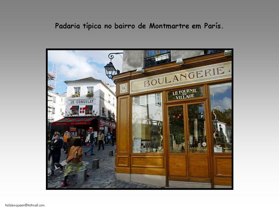 holdemqueen@hotmail.com Padaria típica no bairro de Montmartre em París.