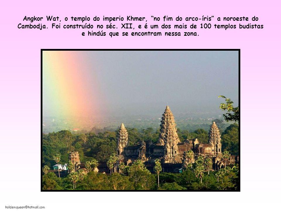 holdemqueen@hotmail.com Angkor Wat, o templo do imperio Khmer, no fim do arco-íris a noroeste do Cambodja.