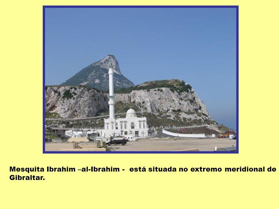 FAROL DE GIBRALTAR Situa-se no pico da Europa. Localizado no portão do Atlântico e o Mediterrâneo. Serve de ponto de navegação para navios que passam