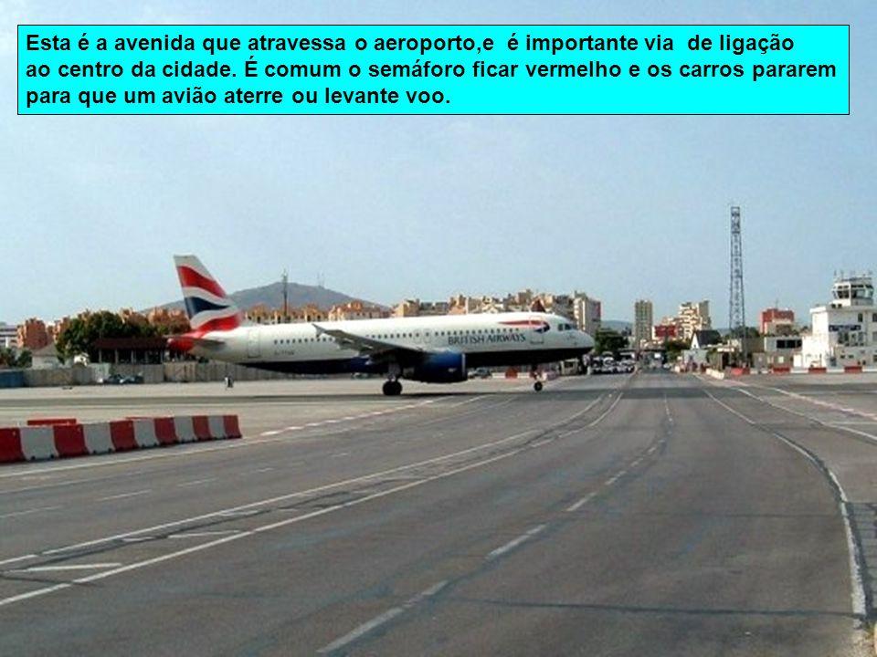 Único no mundo, o aeroporto de Gibraltar situa-se a cerca de 500 metros do centro da cidade. A sua pista de aterragem confunde-se com uma avenida norm