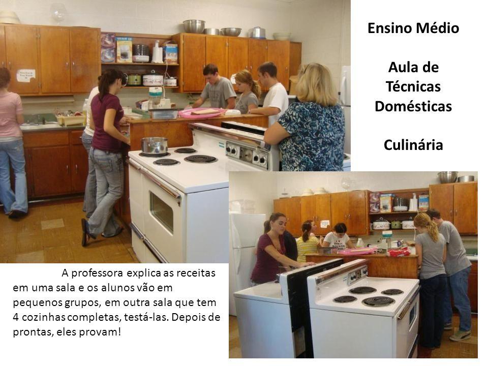 Ensino Médio Aula de Técnicas Domésticas Culinária A professora explica as receitas em uma sala e os alunos vão em pequenos grupos, em outra sala que