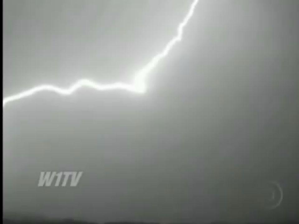 www.jackfisica.wordpress.comtakamatsu.ricardo@gmail.com Corrente elétrica Observe o movimento dos elétrons em um condutor.
