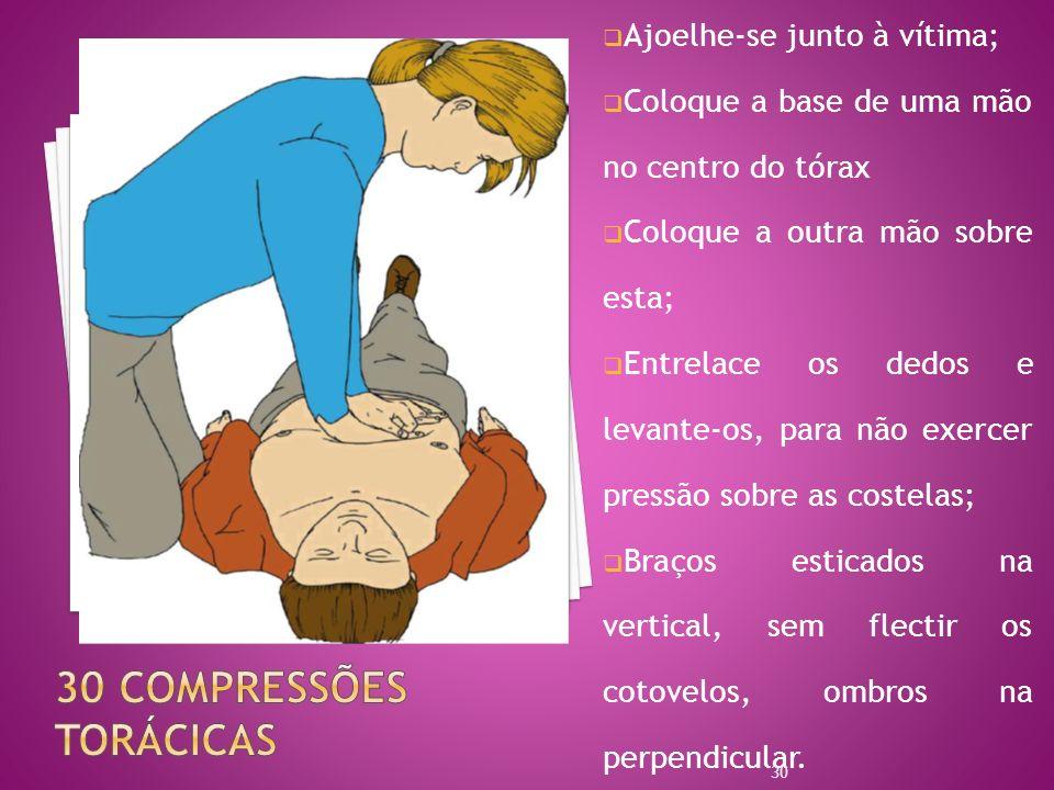 Ajoelhe-se junto à vítima; Coloque a base de uma mão no centro do tórax Coloque a outra mão sobre esta; Entrelace os dedos e levante-os, para não exer