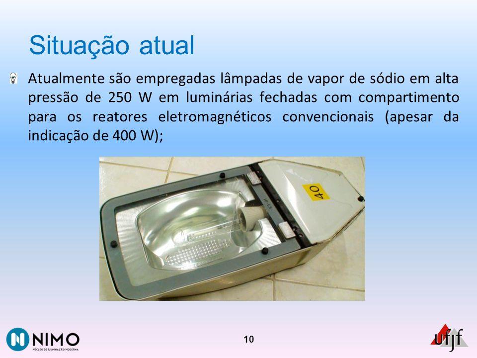 Situação atual Atualmente são empregadas lâmpadas de vapor de sódio em alta pressão de 250 W em luminárias fechadas com compartimento para os reatores