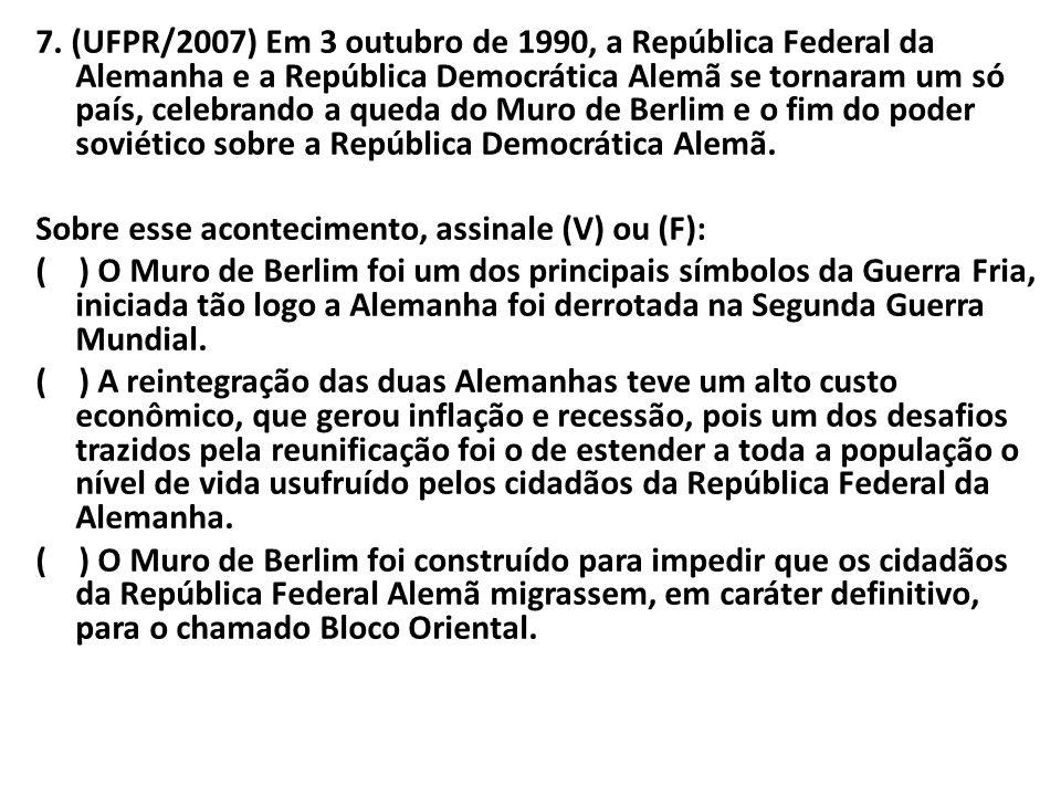 7. (UFPR/2007) Em 3 outubro de 1990, a República Federal da Alemanha e a República Democrática Alemã se tornaram um só país, celebrando a queda do Mur