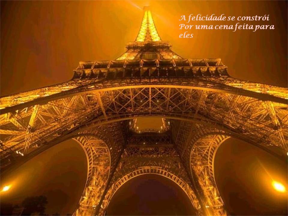 Sob o céu de Paris Caminham os apaixonados Hum