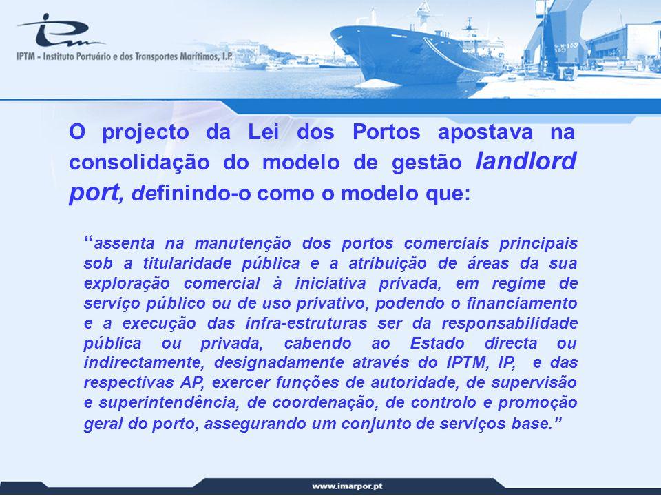 10 O projecto da Lei dos Portos apostava na consolidação do modelo de gestão landlord port, definindo-o como o modelo que: assenta na manutenção dos p