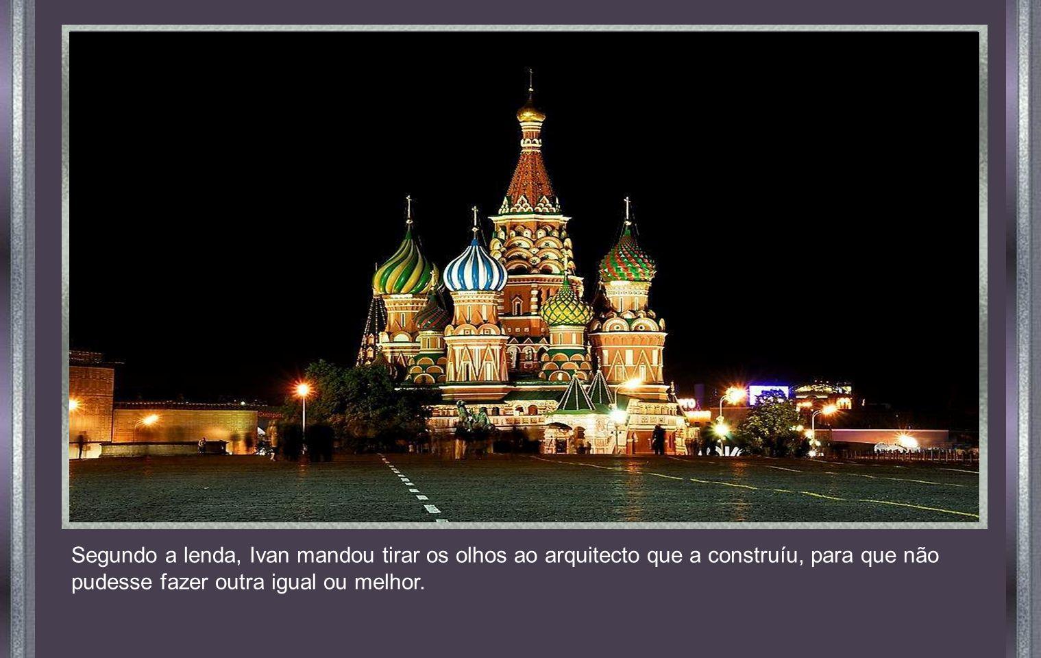 CATEDRAL DE SÃO BASÍLIO, MOSCOVO Construida em 1555 a pedido do Czar Ivan, O Terrivel, é uma jóia da arquitectura mundial.