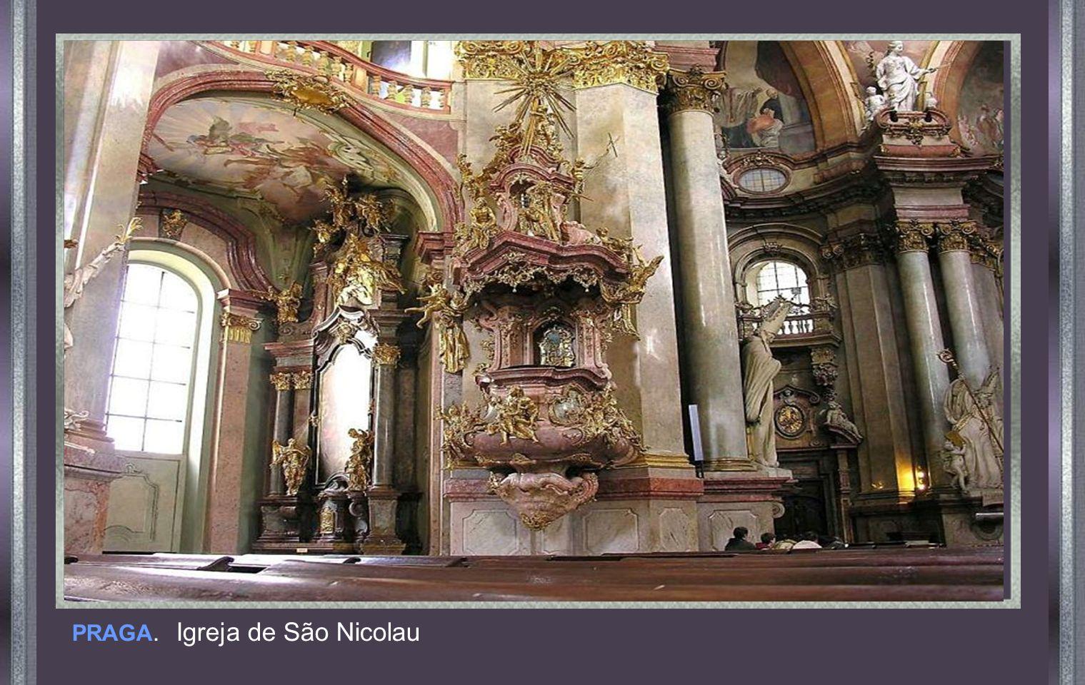 Quando Napoleão invadiu a Rússia, proclamou em frente deste altar, que se algum dos seus soldados se atrevesse a roubar algo dali, ele, o mataria.