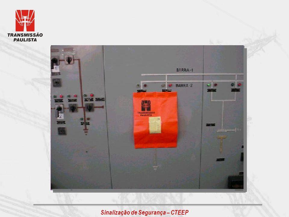 PLACA: PERIGO DE MORTE - ALTA TENSÃO Destinada a advertir quanto ao perigo de ultrapassar áreas delimitadas onde haja a possibilidade de choque elétrico, devendo ser instalada em caráter permanente.
