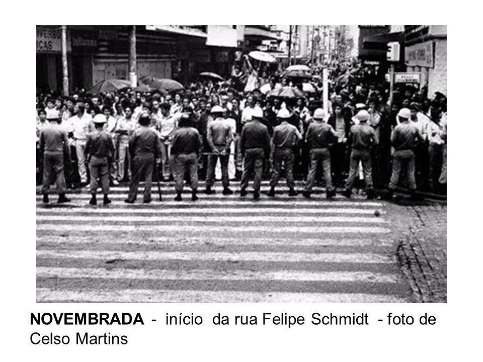 Na visita, uma revolta popular eclodiu na Pra ç a XV, em frente ao Pal á cio Cruz e Souza e frases do estilo
