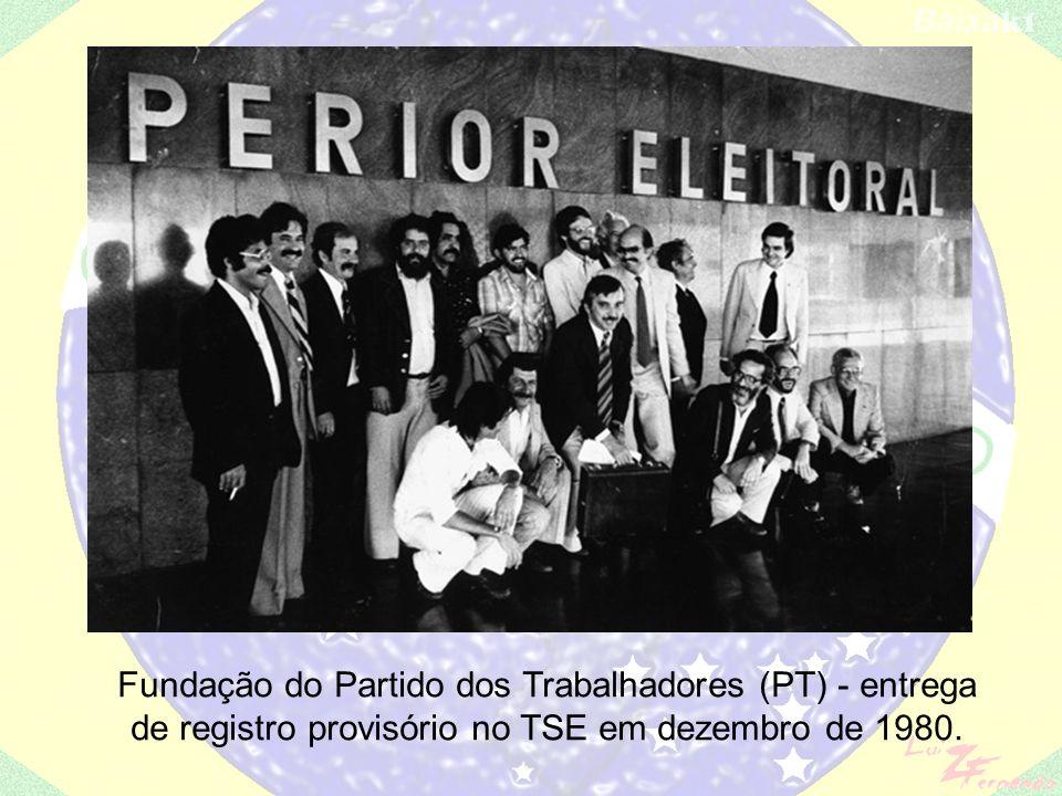 explosão no Riocentro (1980); Retorno do pluripartidarismo: – PDS: antiga ARENA; – PMDB: continuidade do MDB; – PDT: Leonel Brizola; – PTB: Ivete Vargas, não varguista, e setores da antiga ARENA; – PT: com proposta socialista, Lula;