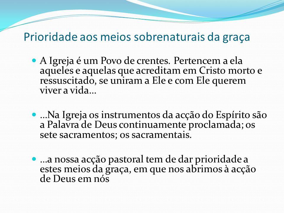 Prioridade aos meios sobrenaturais da graça A Igreja é um Povo de crentes. Pertencem a ela aqueles e aquelas que acreditam em Cristo morto e ressuscit