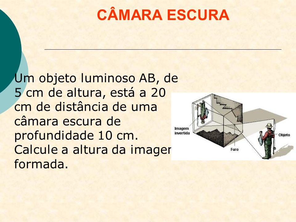 Uma pessoa de 1,80 m de altura encontra-se a 2,4 m do orifício de uma câmara escura de 0,2 m de comprimento.