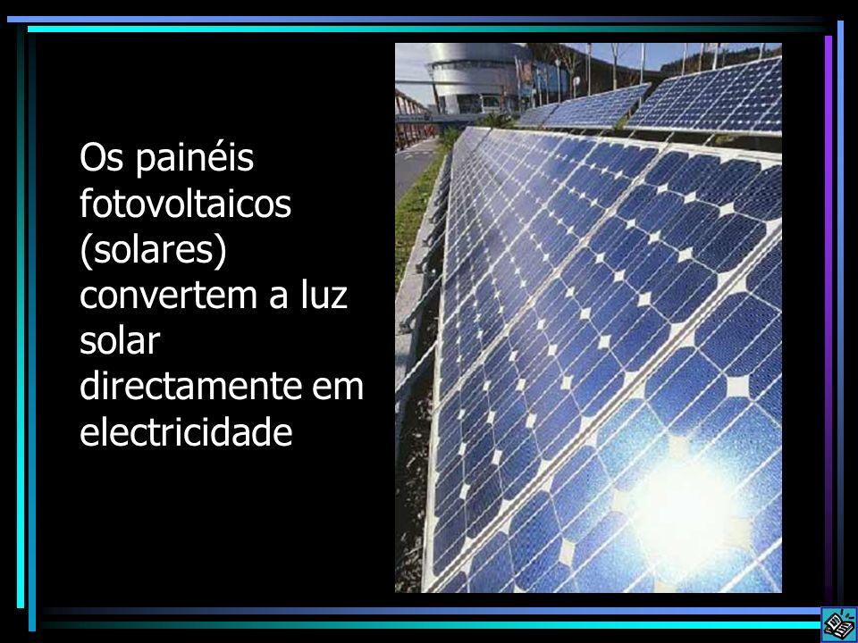 Os painéis fotovoltaicos (solares) convertem a luz solar directamente em electricidade