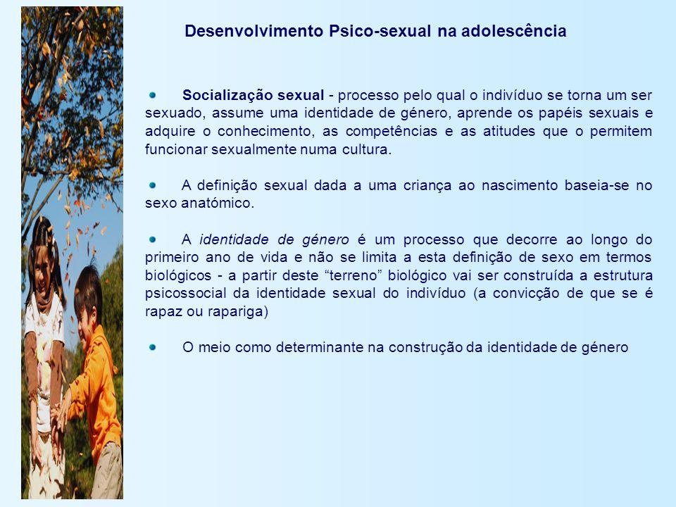 Desenvolvimento Psico-sexual na adolescência Socialização sexual - processo pelo qual o indivíduo se torna um ser sexuado, assume uma identidade de gé