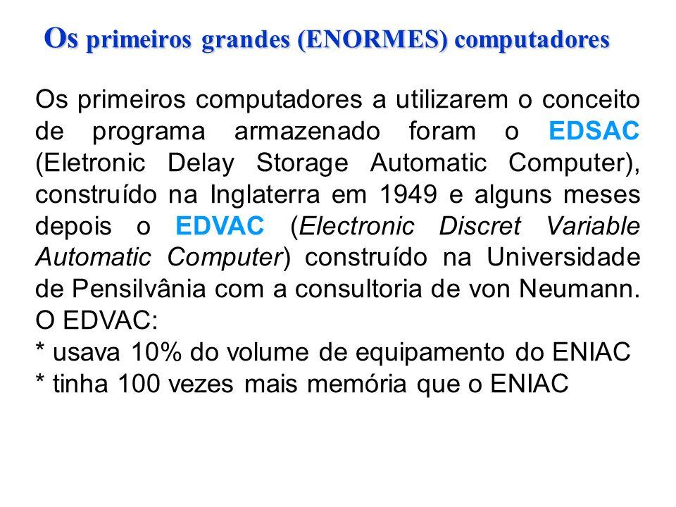 Os primeiros computadores a utilizarem o conceito de programa armazenado foram o EDSAC (Eletronic Delay Storage Automatic Computer), construído na Inglaterra em 1949 e alguns meses depois o EDVAC (Electronic Discret Variable Automatic Computer) construído na Universidade de Pensilvânia com a consultoria de von Neumann.