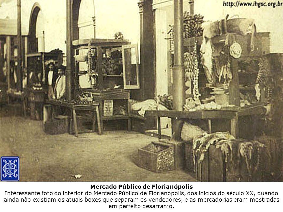 Mercado Público de Florianópolis Interessante foto do interior do Mercado Público de Florianópolis, dos inícios do século XX, quando ainda não existia