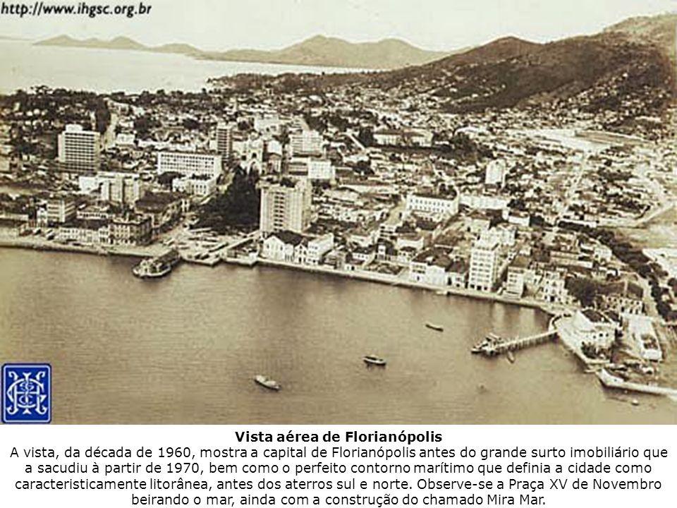 Vista aérea de Florianópolis A vista, da década de 1960, mostra a capital de Florianópolis antes do grande surto imobiliário que a sacudiu à partir de
