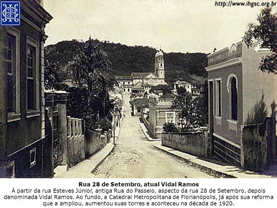Rua 28 de Setembro, atual Vidal Ramos À partir da rua Esteves Júnior, antiga Rua do Passeio, aspecto da rua 28 de Setembro, depois denominada Vidal Ra
