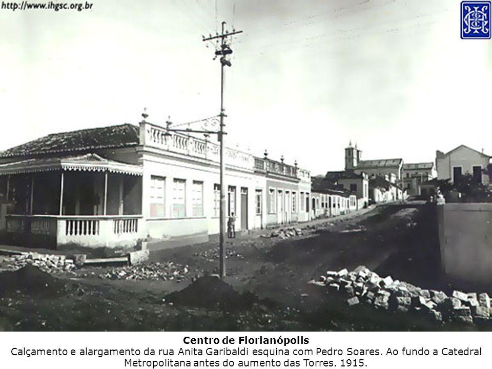 Centro de Florianópolis Calçamento e alargamento da rua Anita Garibaldi esquina com Pedro Soares. Ao fundo a Catedral Metropolitana antes do aumento d