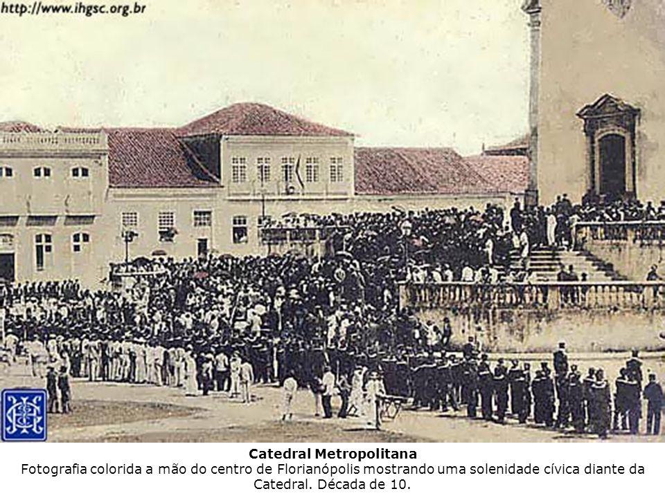 Catedral Metropolitana Fotografia colorida a mão do centro de Florianópolis mostrando uma solenidade cívica diante da Catedral. Década de 10.
