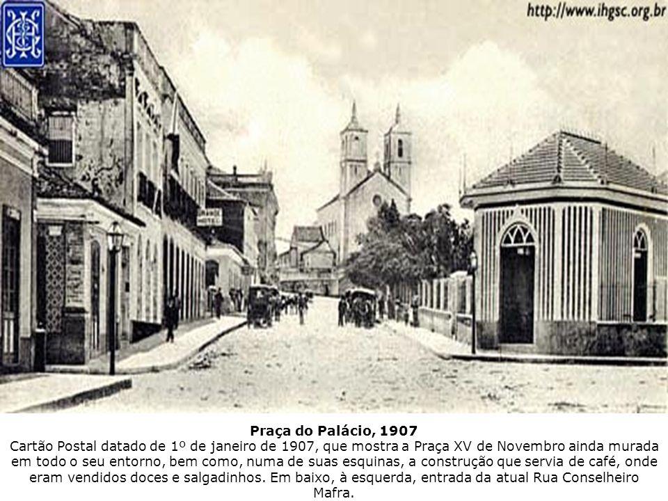 Praça do Palácio, 1907 Cartão Postal datado de 1º de janeiro de 1907, que mostra a Praça XV de Novembro ainda murada em todo o seu entorno, bem como,