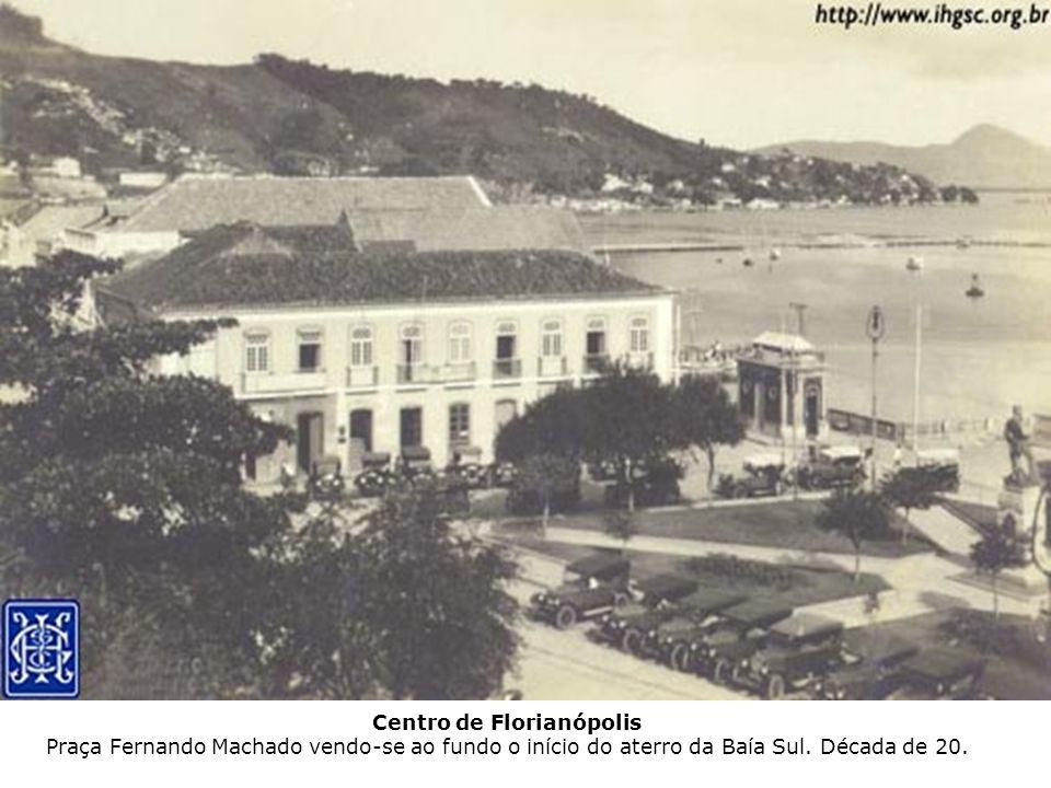 Centro de Florianópolis Praça Fernando Machado vendo-se ao fundo o início do aterro da Baía Sul. Década de 20.
