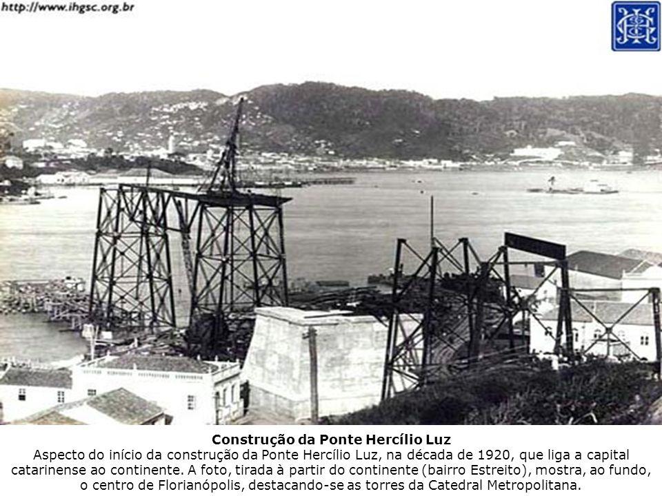 Construção da Ponte Hercílio Luz Aspecto do início da construção da Ponte Hercílio Luz, na década de 1920, que liga a capital catarinense ao continent