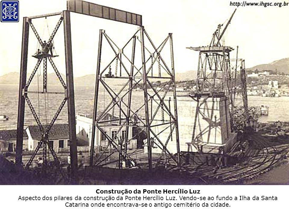 Construção da Ponte Hercílio Luz Aspecto dos pilares da construção da Ponte Hercílio Luz. Vendo-se ao fundo a Ilha da Santa Catarina onde encontrava-s