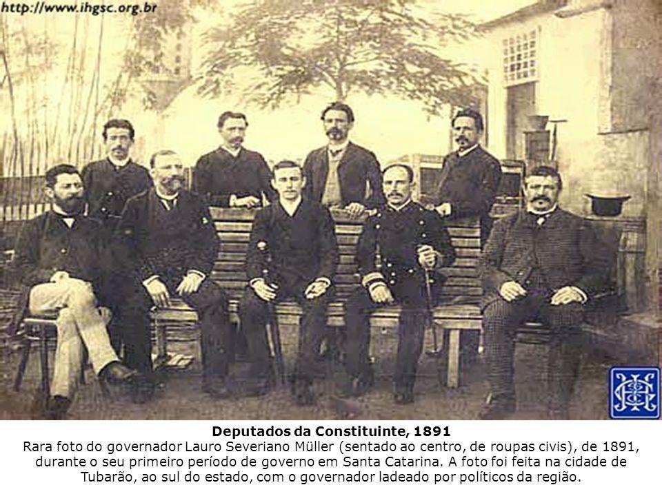 Deputados da Constituinte, 1891 Rara foto do governador Lauro Severiano Müller (sentado ao centro, de roupas civis), de 1891, durante o seu primeiro p