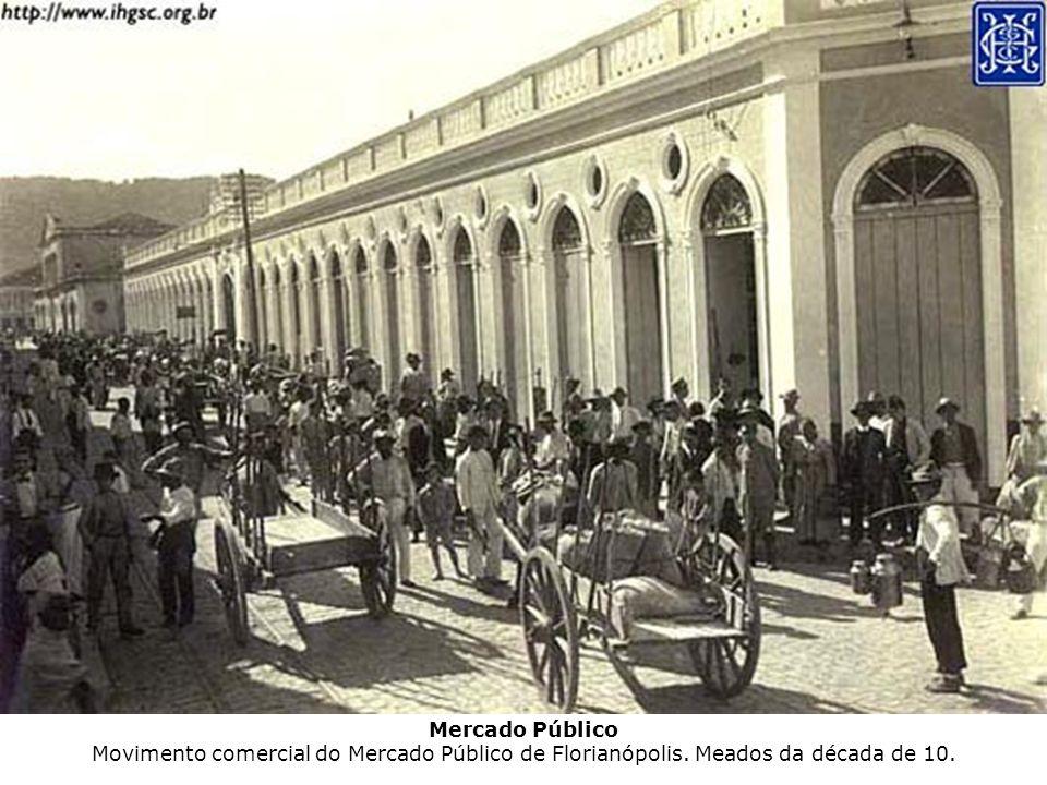 Centro de Florianópolis Praça XV de Novembro mostrando a edificação dos Correios e Telégrafos.
