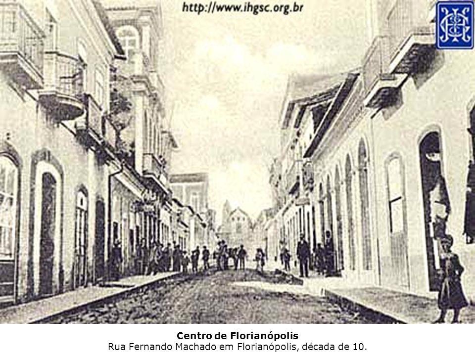 Centro de Florianópolis Praça Pereira Oliveira, vendo-se à esquerda o prédio da Assembléia Legislativa (incendiado em 1958) e a direita o Tribunal de Justiça no local atualmente está localizado o prédio da Telesc.