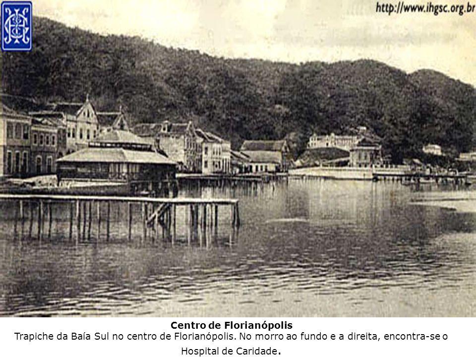 Centro de Florianópolis Trapiche da Baía Sul no centro de Florianópolis. No morro ao fundo e a direita, encontra-se o Hospital de Caridade.