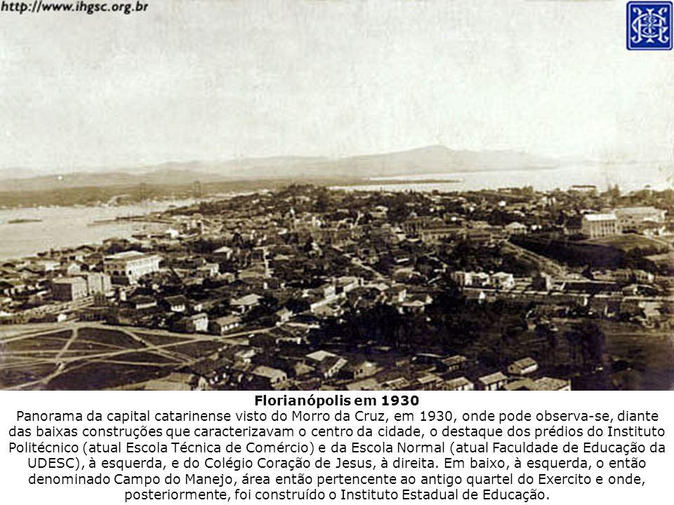 Florianópolis em 1930 Panorama da capital catarinense visto do Morro da Cruz, em 1930, onde pode observa-se, diante das baixas construções que caracte