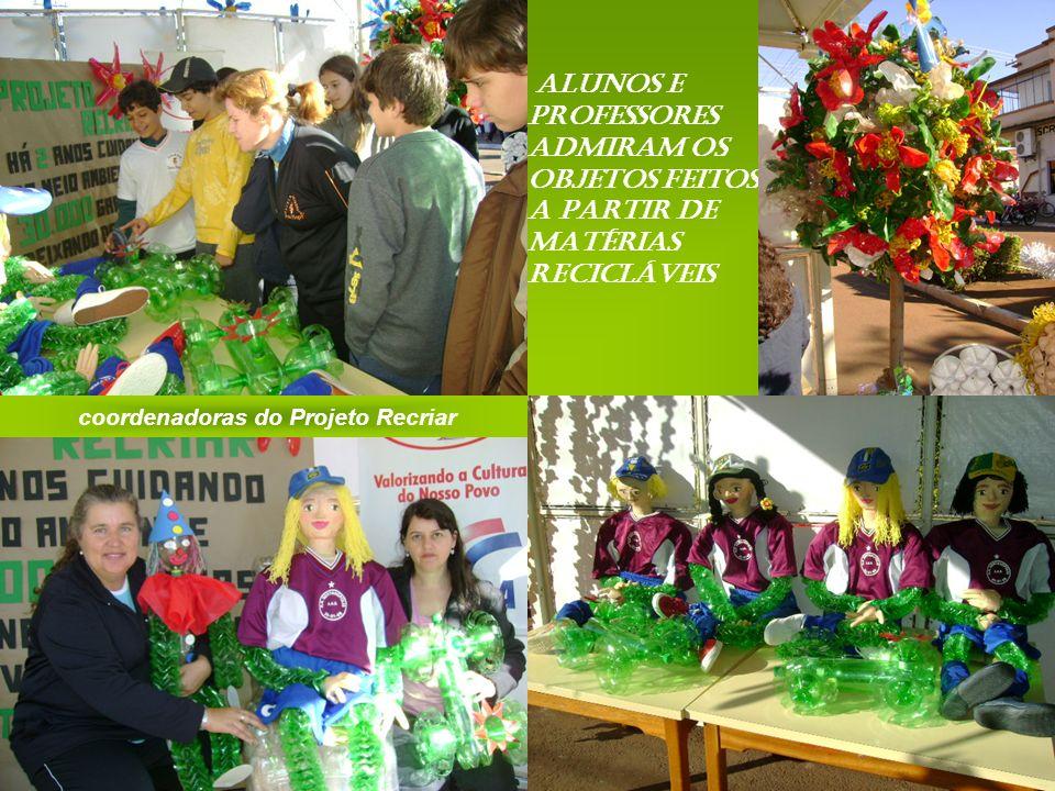 coordenadoras do Projeto Recriar Alunos e professores admiram os objetos feitos a partir de matérias recicláveis