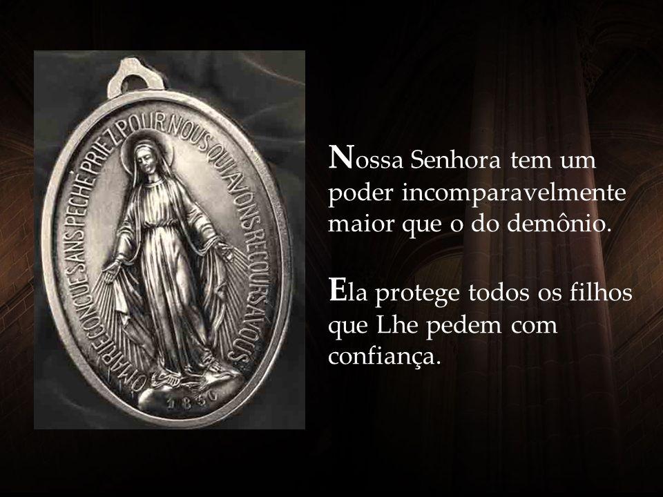 A Santíssima Virgem de pé sobre o globo terrestre significa que Ela, além de ser Nossa Mãe do Céu, é também a Rainha da Terra e de todo o Universo. E