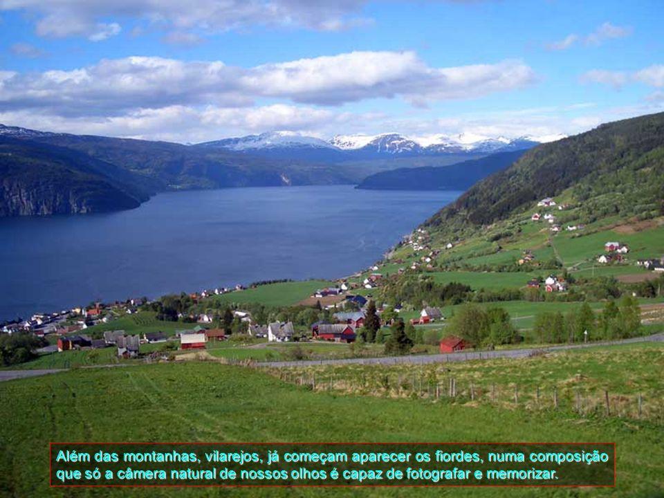 Daqui, percebe-se que o espetáculo panorâmico continua, porque já se avista novos vilarejos entre as montanhas já próximo de Ulvik,