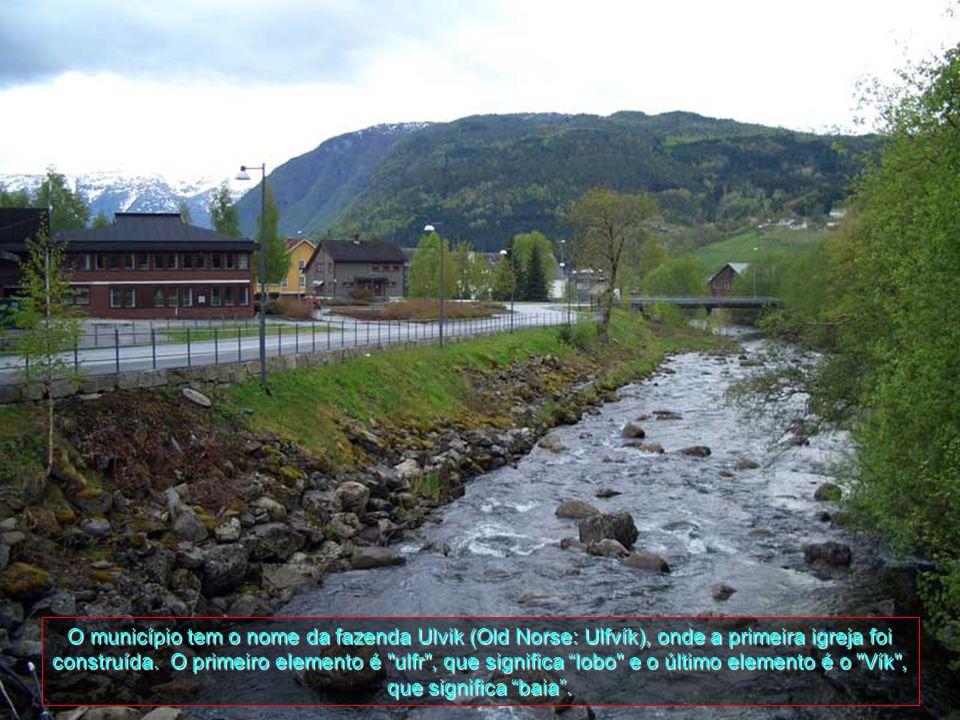 Da população total do município de 1107 (a partir de 2008), a maioria vive em Ulvik-aldeia no fim do fiorde Ulvik. A grande maioria daqueles que não v
