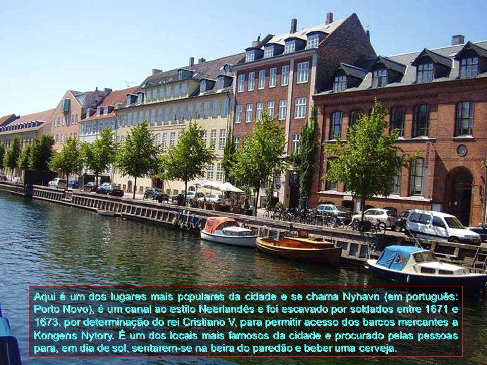 Localiza-se na costa do mar Báltico e está situada sobre as ilhas de Zelândia e Amager. Possui 1,21 milhões de habitantes em sua região metropolitana.