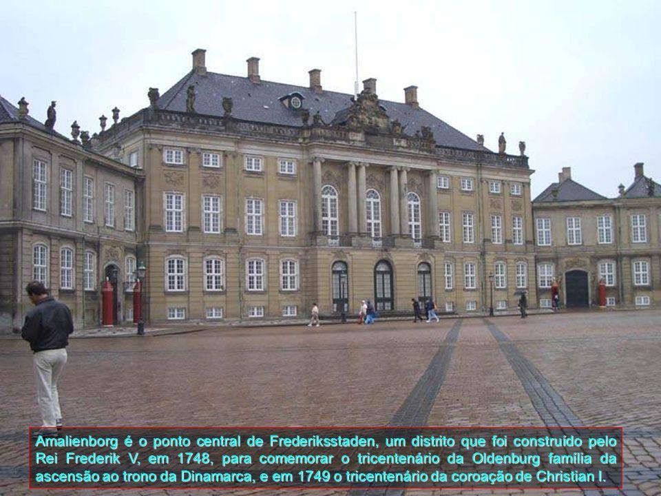 Este é o Palácio Amalienborg e é a casa de inverno da família real dinamarquesa. Foi constituído por quatro fachadas em estilo rococó. No centro da pr