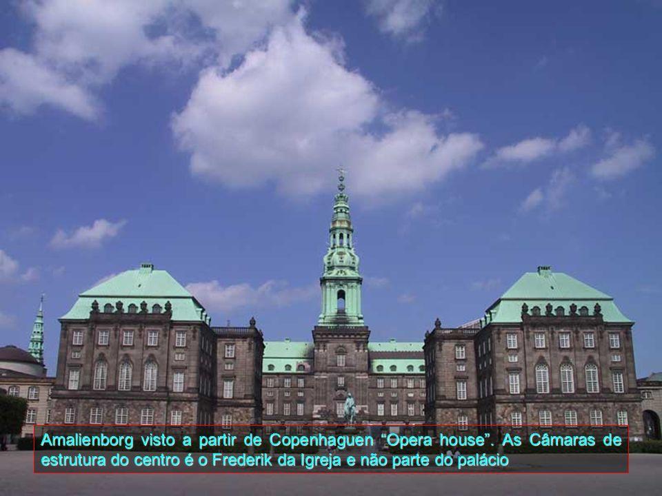 Amalienborg é o ponto central de Frederiksstaden, um distrito que foi construído pelo Rei Frederik V, em 1748, para comemorar o tricentenário da Olden