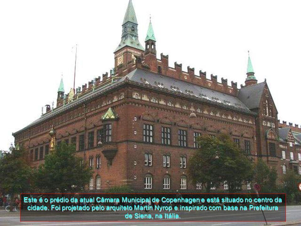 Amalienborg visto a partir de Copenhaguen Opera house. As Câmaras de estrutura do centro é o Frederik da Igreja e não parte do palácio