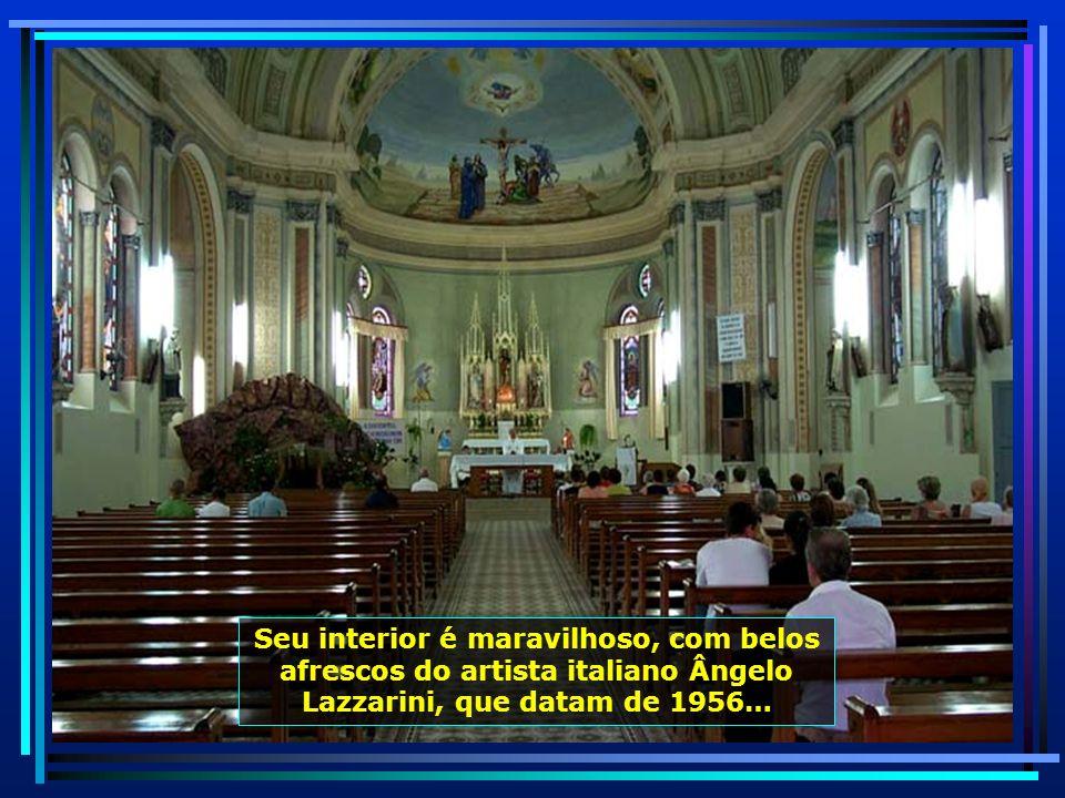A belíssima Igreja de São Roque, construída em 1956, em estilo moderno, com duas séries de janelas romanas duplas, tem um dos mais belos toques de sin