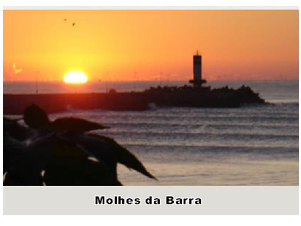 Molhes da Barra O molhe da barra foi construído no século XX com pedras do Morro da Cruz e com o desmonte do Morro do Atalaia e foi usado também mater
