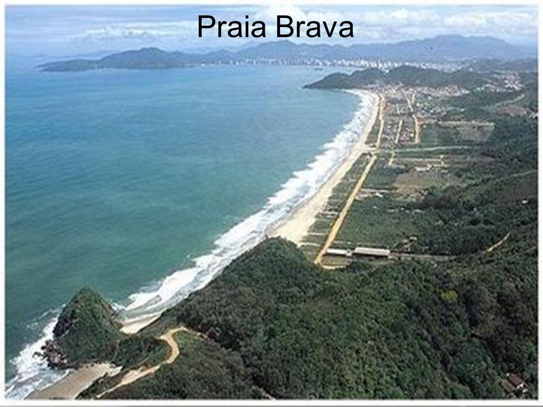 A Praia Brava definitivamente não é uma praia como as outras, alternando águas normalmente agitadas com momentos de surpreender a calmaria. Situa-se e