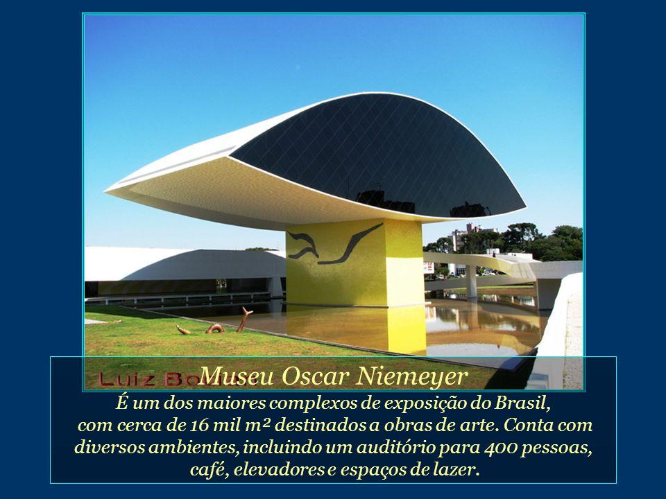 Museu Oscar Niemeyer É um dos maiores complexos de exposição do Brasil, com cerca de 16 mil m² destinados a obras de arte.