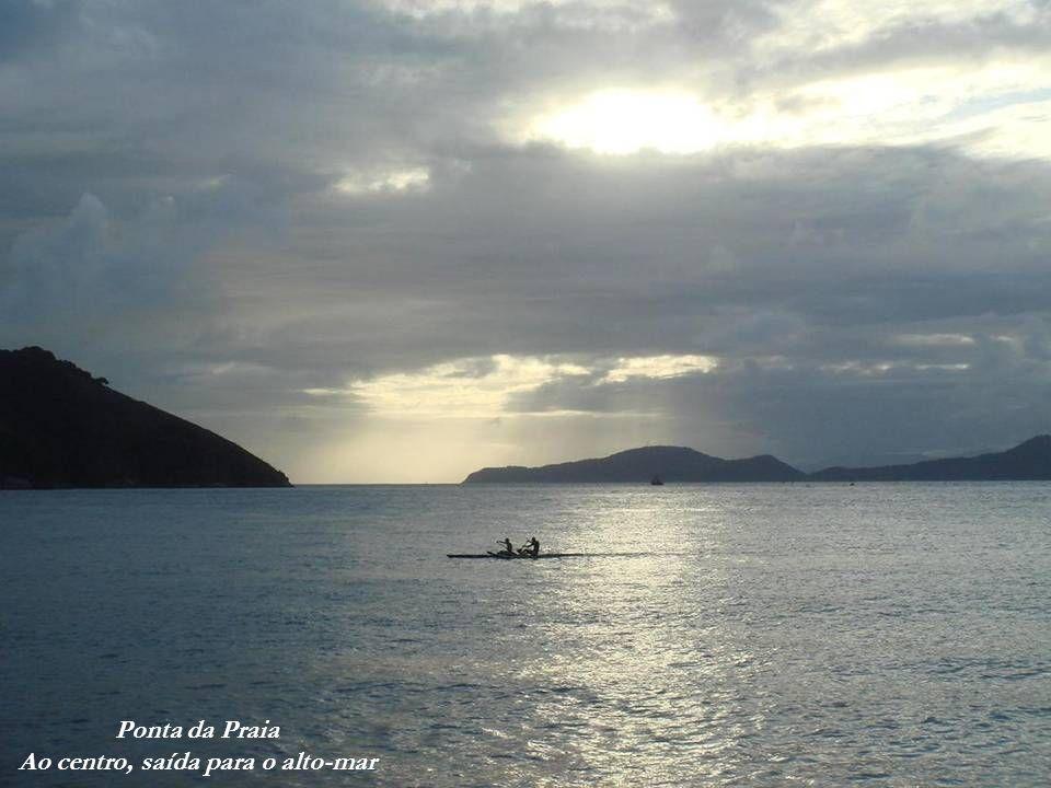 Ponta da Praia Deck de embarque para a praia do Góes e praia Sta Cruz dos Navegantes Ao fundo, praia Sta Cruz dos Navegantes (em Guarujá) Ponta da Pra