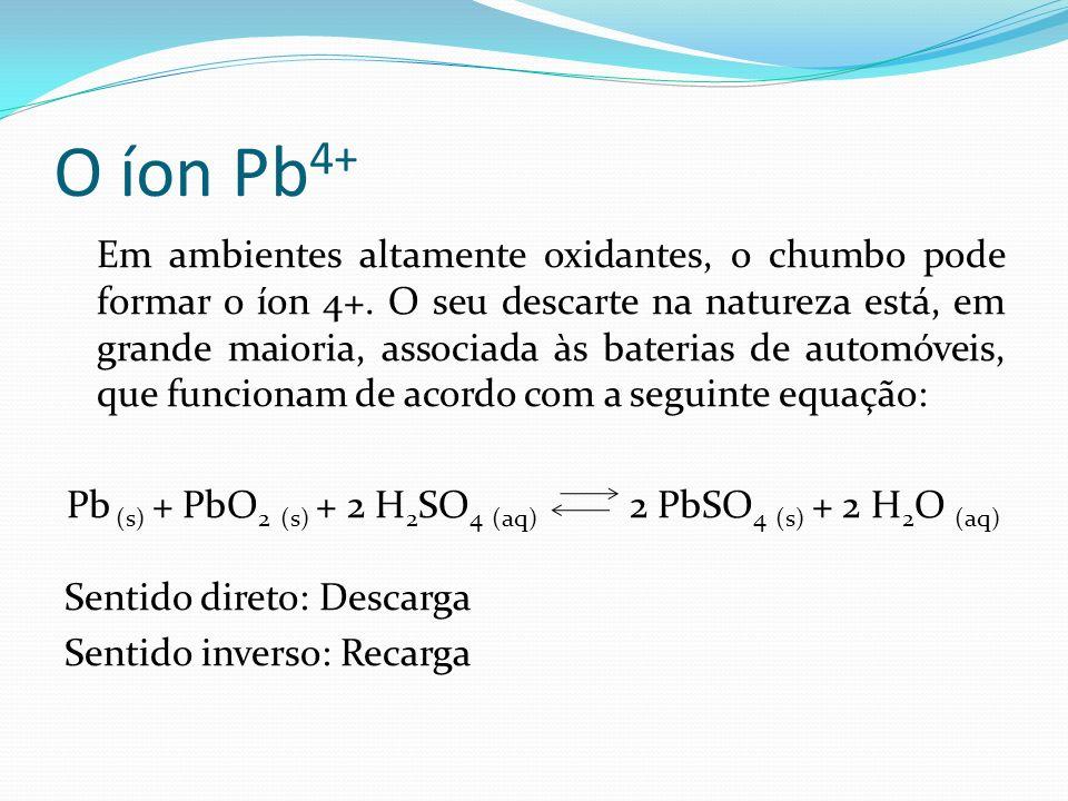 O íon Pb 4+ Em ambientes altamente oxidantes, o chumbo pode formar o íon 4+. O seu descarte na natureza está, em grande maioria, associada às baterias