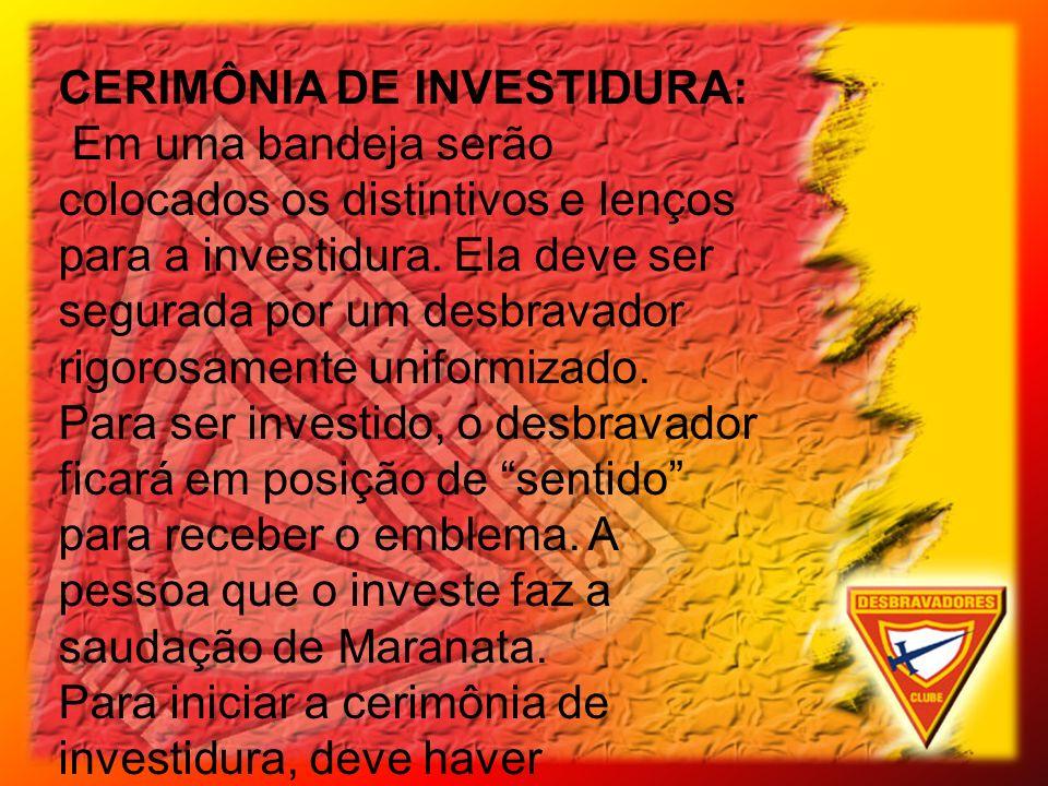 CERIMÔNIA DE INVESTIDURA: Em uma bandeja serão colocados os distintivos e lenços para a investidura. Ela deve ser segurada por um desbravador rigorosa
